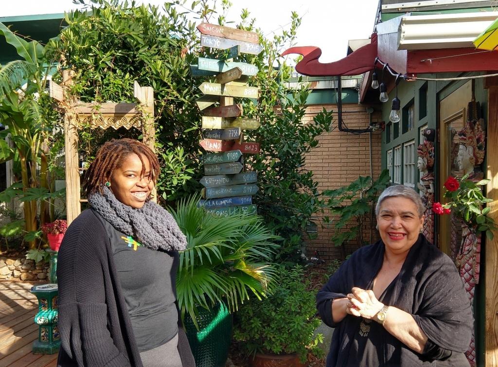La ejecutiva de préstamos de Thread Capital JaLisha Richmond (izquierda) reunida con la cliente de Rápida Recuperación, Solange Thompson (derecha).